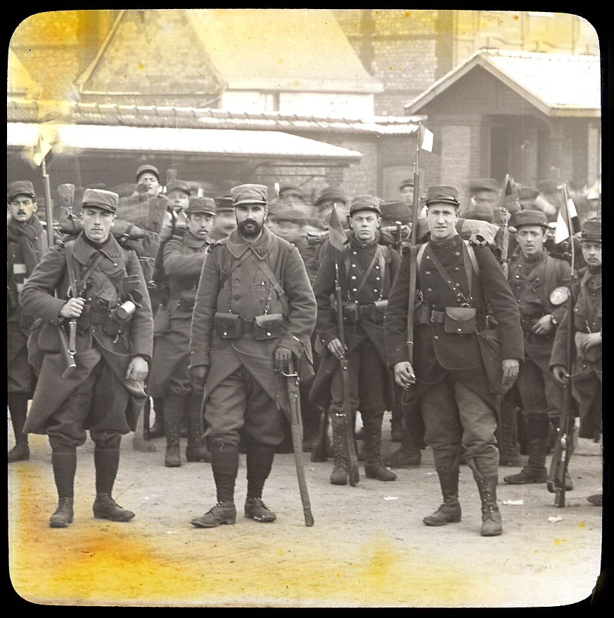 Louis Chesneau, départ du 74e RI pour la guerre, Rouen, 23 novembre 1914 (à droite le fils de Louis Chesneau), numérisation d'un positif sur verre, 8,5x10cm, collection famille Chesneau.