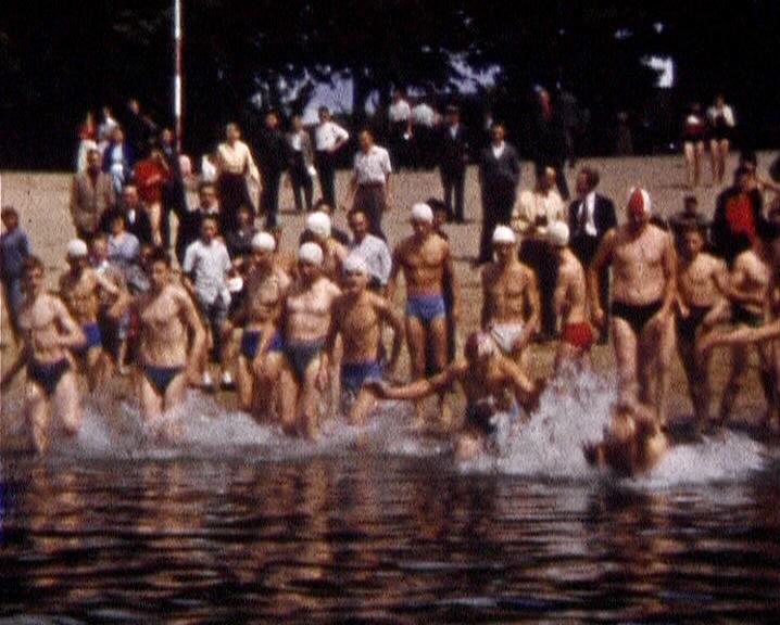 Photogramme issu du film amateur « patronage-cours de natation-traversée de la Seine à la nage à Elbeuf » de Maurice Lehucher, 1957, 8mm ©POLE IMAGRE HAUTE-NORMANDIE