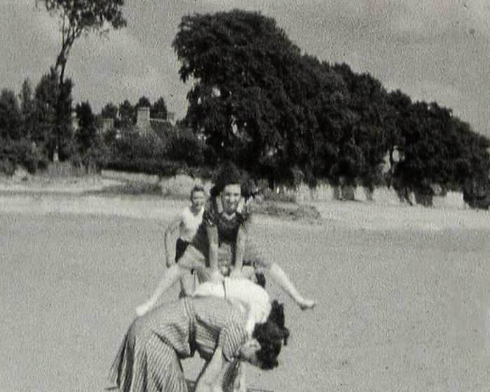 Photogramme issu du film amateur : Départ de Fécamp du Trois-Mâts « Le Saint Yvonnec »  pour Terre-Neuve de René Le Gros, 1938, 8mm © POLE IMAGE HAUTE-NORMANDIE