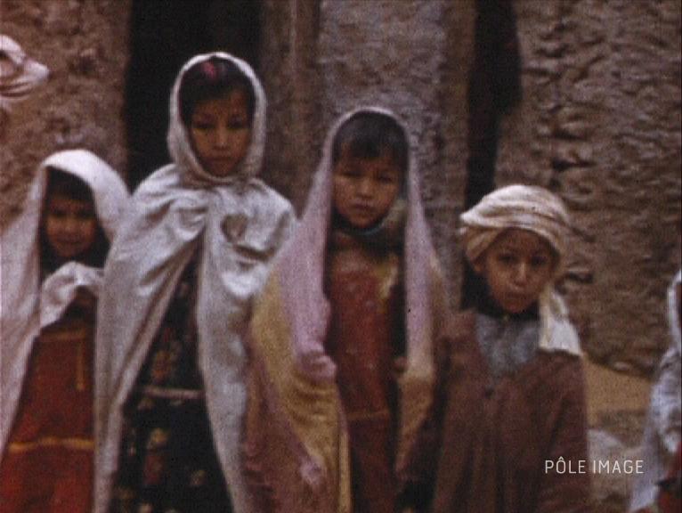 Légende : Jeunes Berbères. Photogramme issu du film « Algérie (2) » de Pierre Cordier, 8mm, 1959 ©POLE IMAGE HAUTE-NORMANDIE