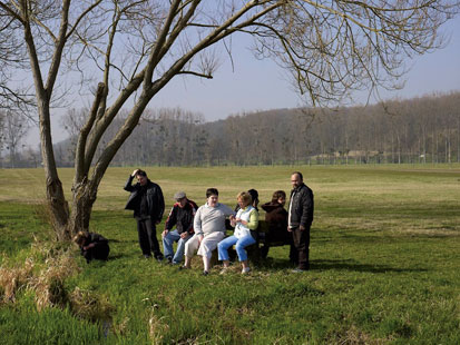 « Groupe sur un banc », 138x108cm, photographie de Peter Granser