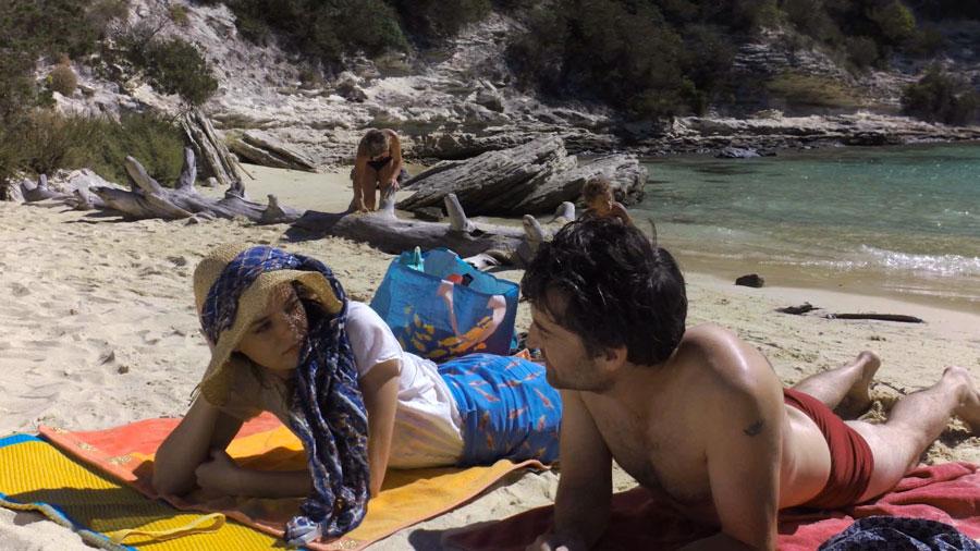 Près des falaises, la plage