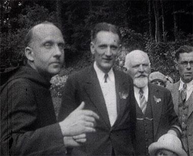 « Visite guidée par Dom Droulers à Saint-Wandrille » Charles Davoust, 1931, 9,5mm ©MAHN/POLE IMAGE HAUTE-NORMANDIE