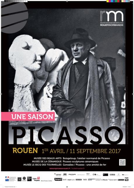 Picasso posant avec les sculptures en plâtre Tête de femme (1931), Femme assise (1931), Buste de femme (Marie-Thérèse) (1931) et Tête en pierre taillée (1933). Dans l'atelier de Boisgeloup, Gisors. © Succession Picasso 2017 © RMN-Grand Palais
