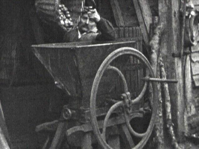 Photogramme issu du film amateur : « Le cidre »  de Jean Martin, 8mm, vers 1940, NB, muet ©POLE IMAGE HAUTE-NORMANDIE